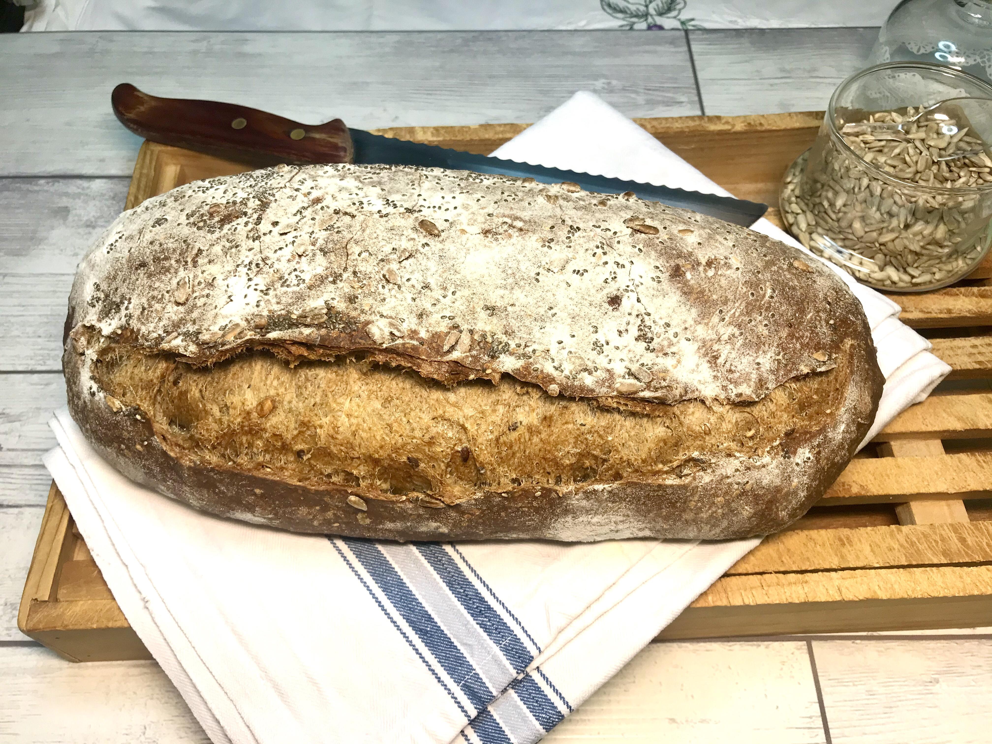 pane nero e semi vari con lievito madre e acqua fermentata