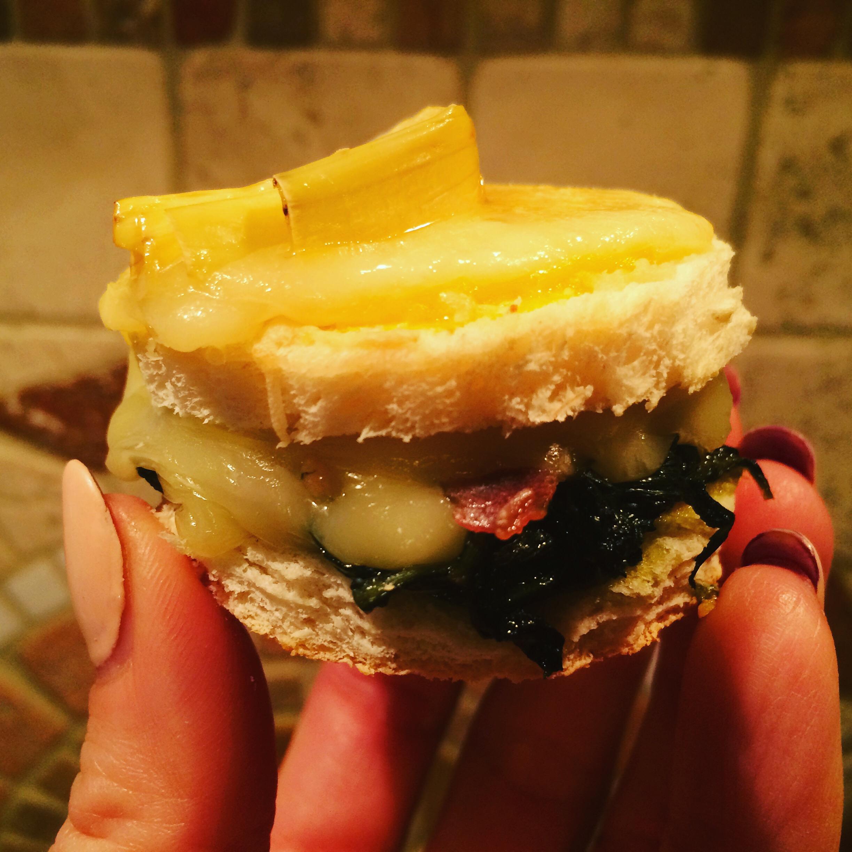 Tortini di cicoria e bacon con formaggio filante e carciofi